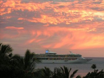 Kailua Kona condo rental - View the cruise ships in the bay from the lanai