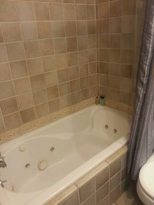 Say what?  This place has a jacuzzi tub also???   We are SO renting this place!
