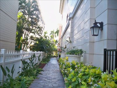 Waikiki condo rental - Royal Garden of Waikiki - Elegant Grounds on Way to Pool, Weber BBQ's & Saunas!