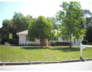 Vintage home in quiet neighborhood, walking distance to historic downtown Eustis