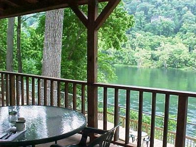 Relax on the covered deck overlooking beautiful White River! Walk to water-fish!
