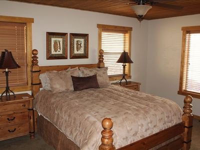 Spacious master bedroom w/ queen bed ... adjoins master bath and jacuzzi tub