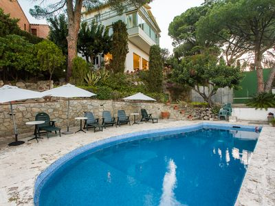 Spectacular Villa 20 km from Barcelona. Pool and pediment. Sleeps 14. 2 s