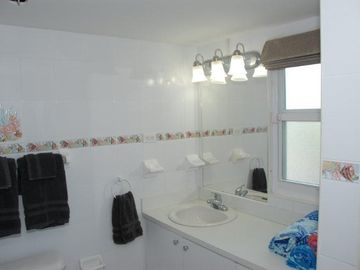 Main floor bathroom w/shower & beach towels