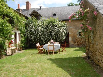 Bazouges-sur-le-Loir farmhouse rental - Lunch in the garden