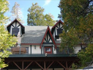 Lake Arrowhead cabin rental - Himmel Haus (House in the Sky) - View of front from driveway