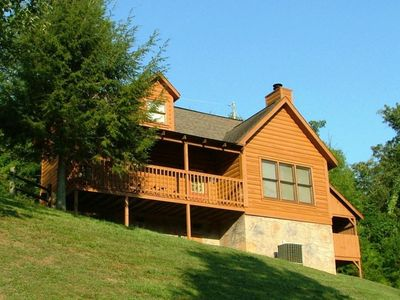 Lovely private log cabin in a beautiful setting! Enjoy the rocking chairs!