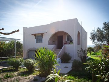 Cottage in the countryside, quiet location, with mountain views near the beach.