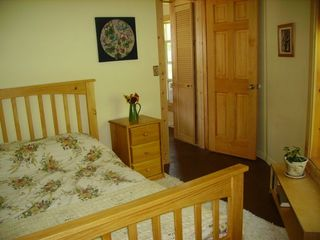 Ithaca cottage photo - Cozy master bedroom, full size bed & flat screen TV for DVDs. DVD & book library