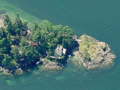 Coal Point. Main house (middle), guest cottage (left side), and private island.