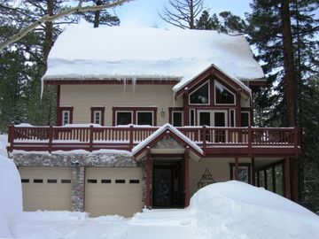 June Lake house rental - Front of house