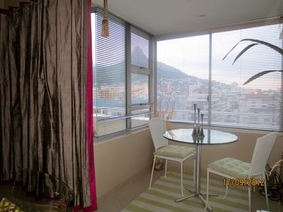 DINING ROOM AREA WITH VIEW OF TABLE MOUNTAIN AND LION'S HEAD..