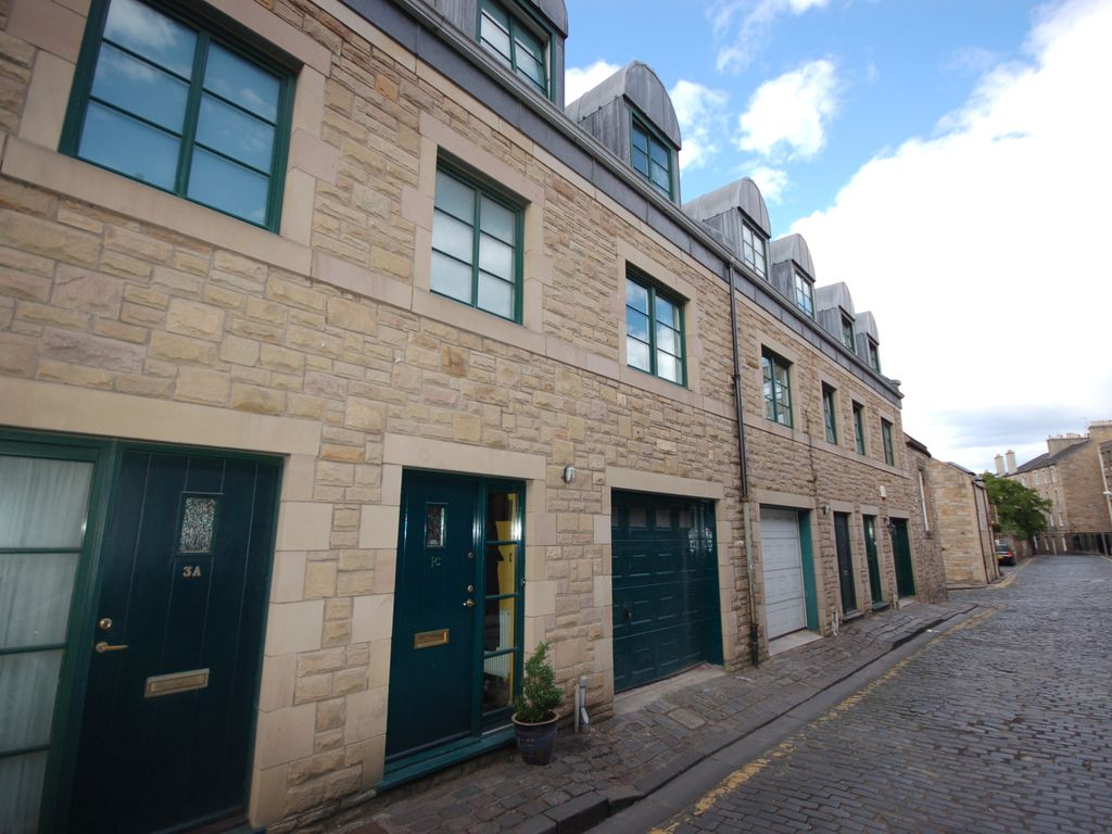 Dublin street lane south modern city centre townhouse for Nyc townhouse with garage
