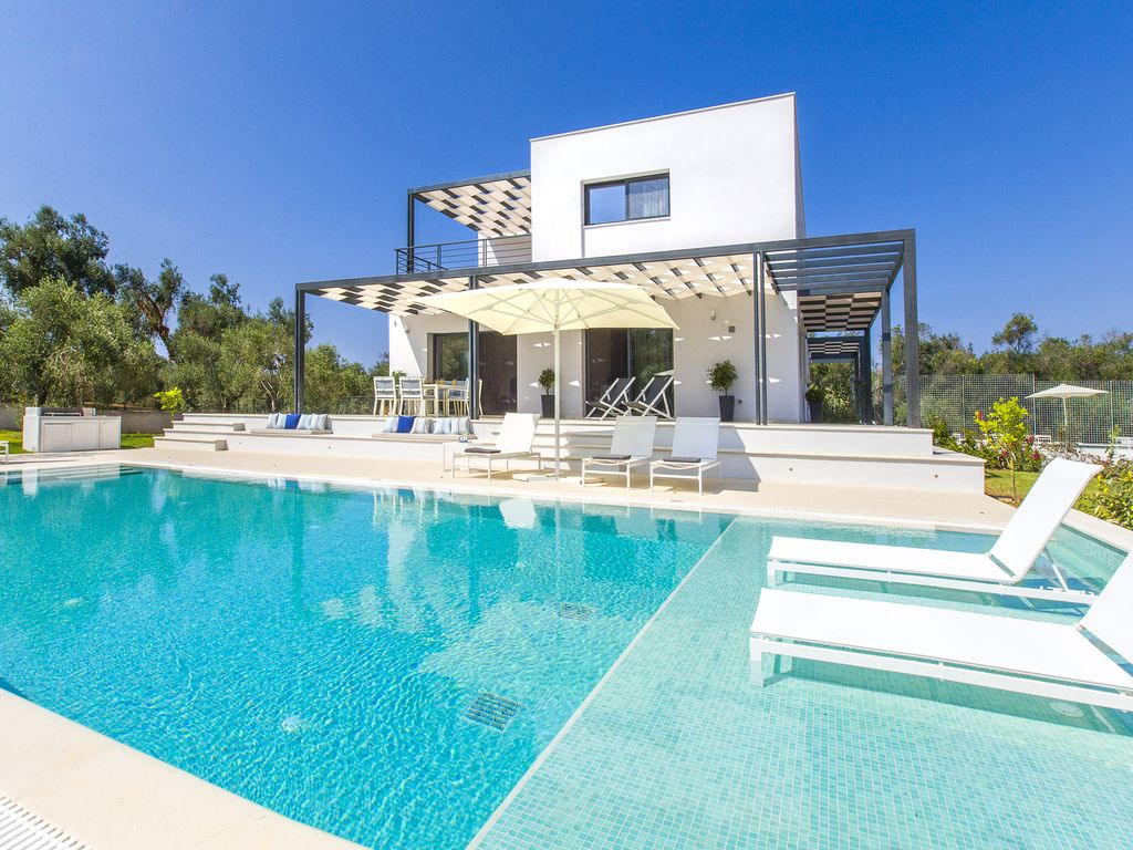 Acaste modern private villa with swimming homeaway for Virtual swimming pool design