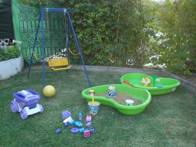 Alhaurin de la Torre villa rental - Toddler´s sand pit , swing and toys