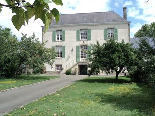 Saint-Georges-sur-Erve chateau / country house photo - Front view of house.