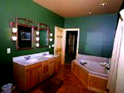 Gatlinburg cabin rental - downstaris master bath with Jacuzzi