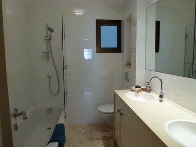 The bathroom to be shared between the 2 bedrooms