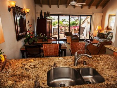 Kihei condo rental - Semi-formal dining area, perfect for entertaining,bar stools at counter