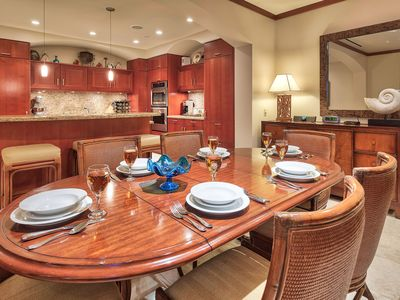 Wailea villa rental - Dining room table and additional bar seating at the counter.