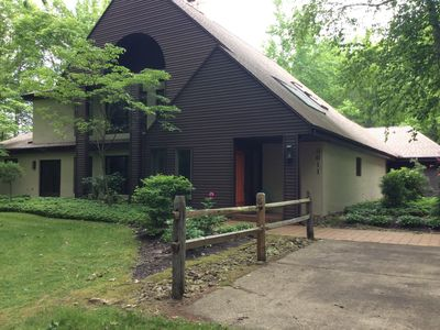 SECLUDED IN THE WOODS, ADJACENT TO LAKE, INDOOR JACUZZI, SAUNA, FIREPLACE,