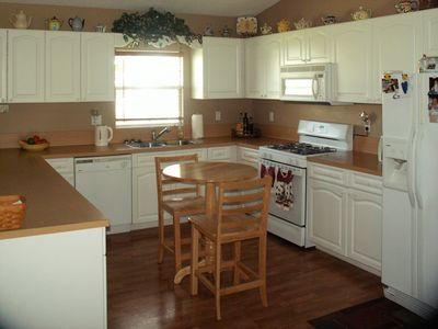 Spacious kitchen, gas range, dishwasher, ice maker