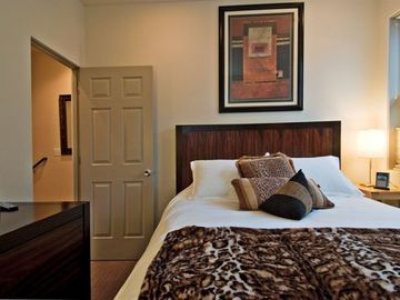 2nd Bedroom with Luxurious Linens and Comfortable Queen Bed
