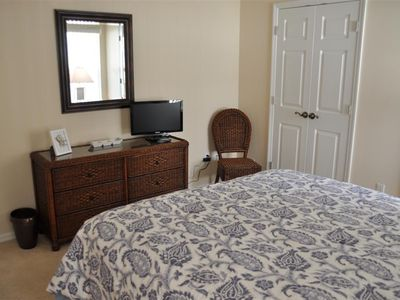 Queen size bedroom showing cable TV