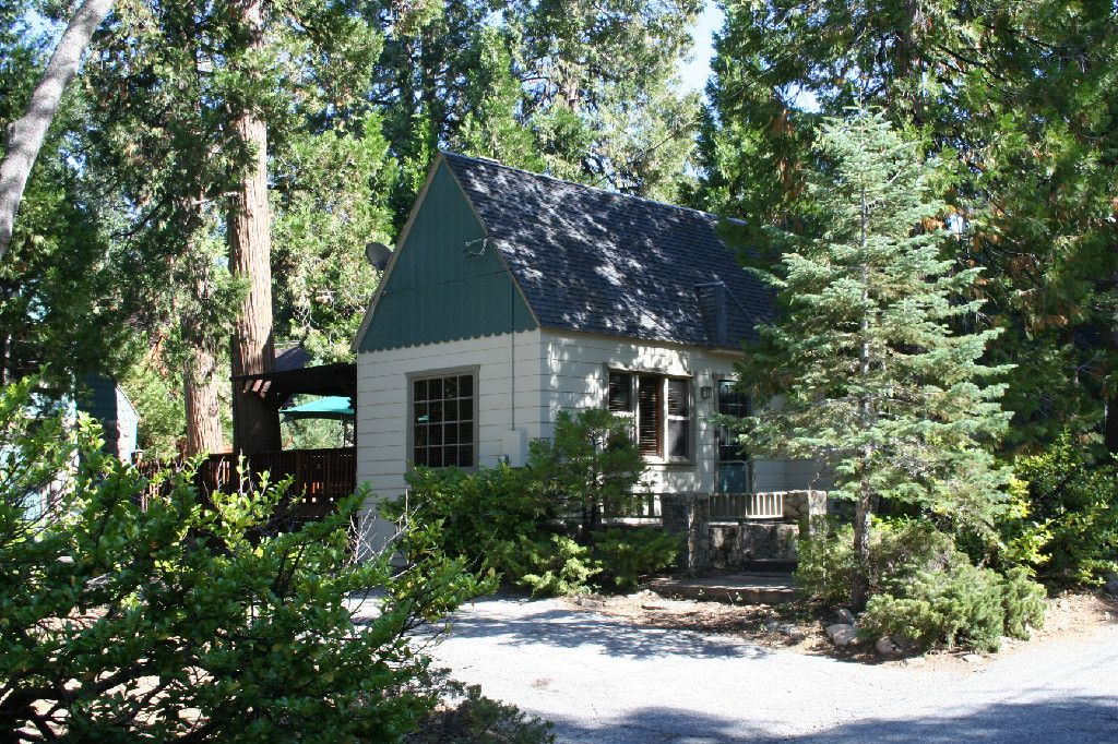 Charming vintage arrowhead cabin close to lake vrbo for Cabins in lake arrowhead ca