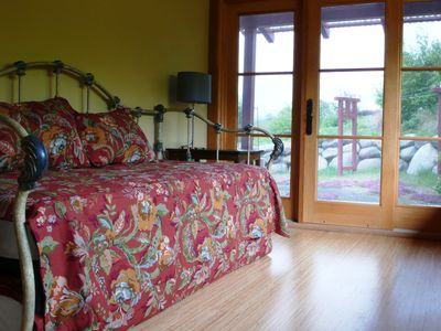 Sequim house rental - Day bed with two twin beds including pop up trundle