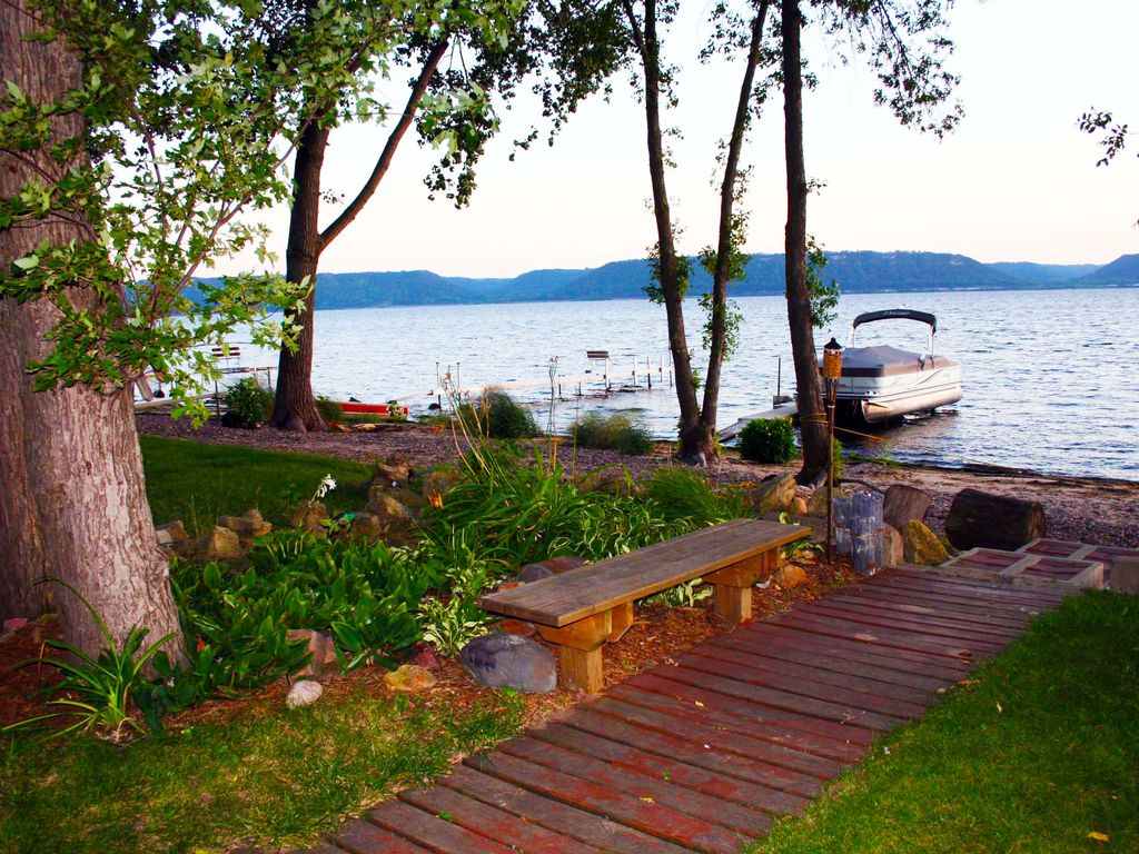 Quaint waterfront cabin on lake pepin wi vrbo for Lake pepin cabin rentals