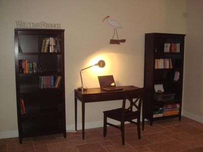 Villa White Ibis - library and office desk