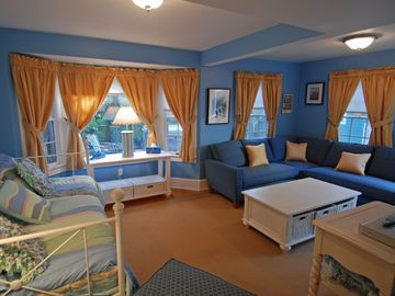 Deluxe Guest Cottage overlooking the courtyard w/trundle beds