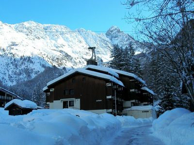 Ski-in Ski-out Traditional Family Apartment, with Views over Mont Blanc