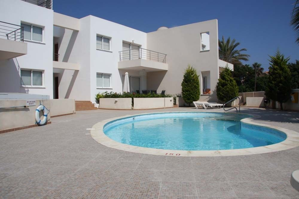 Sirena pafia luxury 2 bed ground floor apartment in a for Pool area flooring