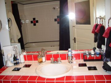 Large Art Deco Bathroom, Jacuzzi tub, Skin Holistic Complimentary Products!