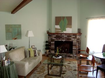 Munds Park townhome rental - Living Room showing Vaulted Ceilings and Fireplace.