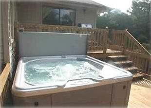 Heated 4-person spa on party deck