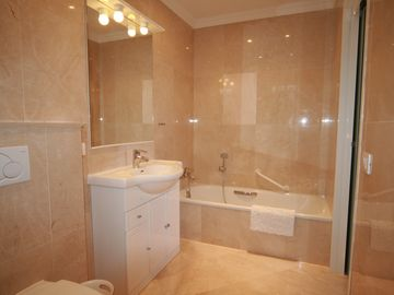 BRIGHT,MODERN EN-SUITE (BATH+SEPARATE SHOWER)2 BED