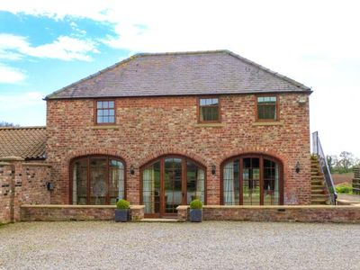CASS LODGE, family friendly, with hot tub in Easingwold, Ref 904989