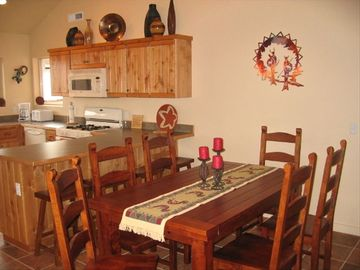 Moab townhome rental - Seating for 8 at the dinner table