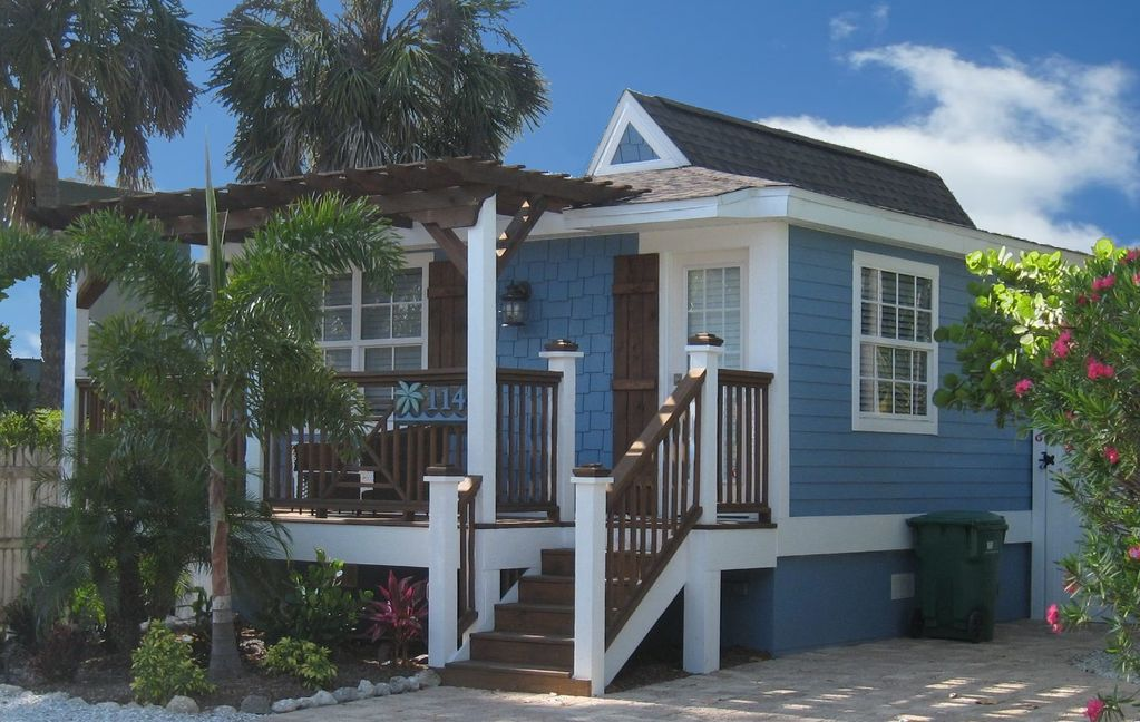 Best little beach house on anna maria island vrbo for Small beach cottage