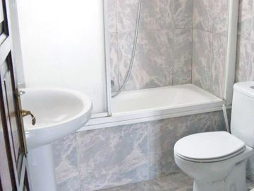 2 bathrooms 1 with bathtub/ wc 1 x shower / toilet