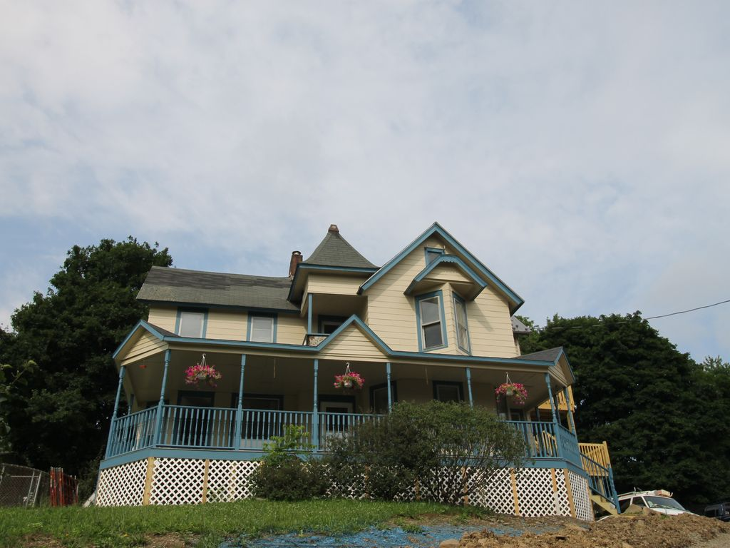 Newly renovated village of watkins glen 2 vrbo for Cabin rentals vicino a watkins glen ny