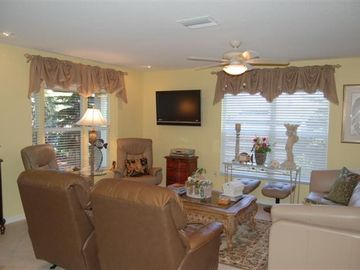 Living room, 40in flatscreen TV, leather furniture