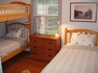 Guilford cottage photo - Bedroom with twin and bunks