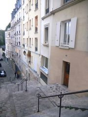 18th Arrondissement Montmartre apartment photo - The entrance, on the open stairway