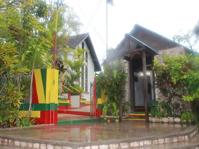 Discover Jamaica , Take a day trip to Bob Marley's final resting..