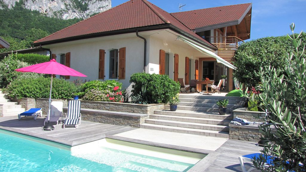 villa avec piscine au bord du lac d 39 annecy haute savoie abritel. Black Bedroom Furniture Sets. Home Design Ideas