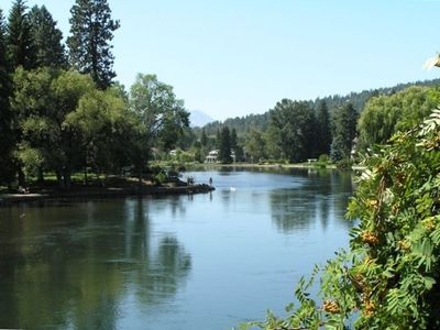 Deschutes River runs through Drake Park, Downtown Bend, Oregon